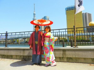上海からのお客さまです。艶やかな振り袖に、伝統的な羽織にお着物です。スカイツリーをバックに、記念写真! 楽しんでくださいね(σ≧▽≦)σ