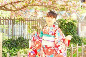 振り袖をお選び頂きました。艶やかなお着物に、薄いピンクの桜の帯がとてもお似合いです(~▽~@)♪♪♪