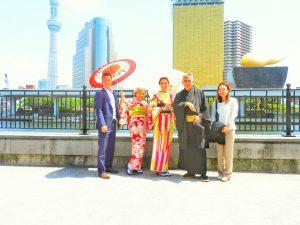 海外からのお客さまです。伝統的なお着物を体験頂きました。また当店から迎車で、人力車にお乗り下さいました!浅草観光楽しんでくださいね(σ≧▽≦)σ