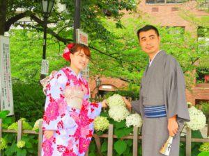 台湾からのお客様です。 振り袖を体験して頂きました。人気の振り袖です。豪華な帯を手結びでいたしました。ヘアーアレンジもお似合いです\(^_^)/