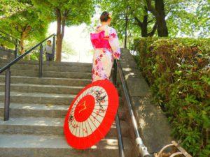 上海からのお客様です。浴衣を体験して頂きました。涼しげで日本の伝統的ですね\(^_^)/ 上海来的客人,一眼就看中了本店的最新款浴衣,在30多度高温的夏天里,他们像一阵凉风给人清爽的感觉(^_^)不仅人美, 就连背影都美爆了,穿好出门连男朋友都忍不住的拍个不停(^_^)