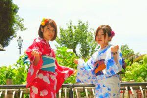 赤にブルーの浴衣がお二方ともお似合いです\(^_^)/レトロ感がお二方とも可愛いいですね!浅草散策楽しん下さい(*^ー^)ノ♪