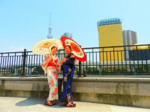 上海からのお客様です。浴衣体験ありがとうございます\(^_^)/隅田川公園にて、記念写真撮影!とてもお似合いです。 上海来的客人,母女二人选择了本店的浴衣体验。在附近的隅田川公園拍照留念,妈妈喜欢深色系的端庄,小美女喜欢淡色可爱系。