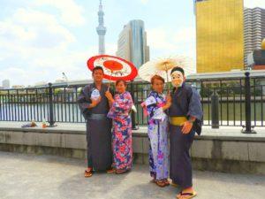 台湾からのお客様です。伝統的な浴衣をお選び頂きました!楽しそうに浅草寺へ、お出かけいただきました!\(^-^)/ 台灣來的客人,超級帥氣幽默的男士,和貌美如花的女士,他們都選擇了傳統的日本風的浴衣,祝你們今天在淺草玩得開心,日本旅行愉快^-^