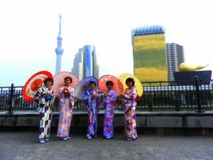 マレーシアからのお客様です\(^_^)/伝統的なお着物を体験していただきました(^^)とても艶やかで、素敵です\(^_^)/ 來自馬來西亞的客人\(^_^)/選擇了以紫色為主色的傳統和服,非常好看適合呢\(^_^)/願有個美好的淺草觀光日喲!!
