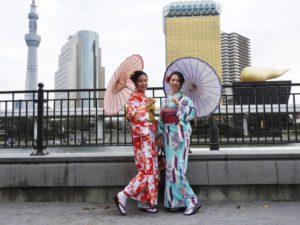 中国からのお客様です。艶やかなお着物にあわせて、ヘアーセットをいたしました!和傘でレトロモダンの雰囲気が、とても素敵です。日本旅行エンジョイして下さいね(*^ー^)ノ♪ 來自中國的客人!均選擇了顏色艷麗的和服!梳起頭髮,撐著油傘,整個變身成日本女孩呢!在日本旅遊玩得愉快喲!!