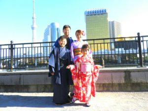 オーストラリアからのお客様です。御紹介で着物和服初体験を御家族で、ご利用いただきました。ありがとうございます( ^-^)東京浅草観光楽しんで下さいね(*^ー^) 來自澳洲的客人( ^-^)客人的姐姐去年夏天有來華雅和服體驗,於是推薦給客人,想說來日本了,就要體驗一下和服,為旅途添增了一段美好又特別的回憶!每位都選擇顏色不同的和服,都超級適合好看呢!東京淺草觀光愉快喲!