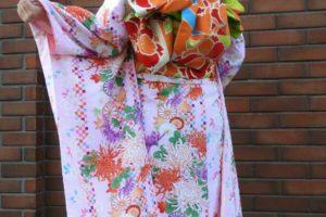 新柄の振袖プランをお選び頂きました。ピンクの可愛らしい振袖が、とてもお似合いです♪袋帯で、華やかに結びました。楽しんで下さいね(*^ー^)ノ♪ 客人選擇了新款振袖和服!粉紅色可愛的豪華振袖,搭配橘色為主色的袋帶超級適合的,淺草觀光愉快喲(*^ー^)ノ