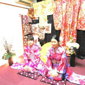 香港、福建からお越しのお客様です\(^_^)/ 初めての和服体験です。お選び頂きましたのは、振袖です!可愛らしいですね(*^ー^)ノ♪ 來自香港及福建的客人(^.^)今天是第一次穿和服,選擇了傳統振袖和服,一位是桃紅色,小碎花點綴的振袖,另一位是紫羅蘭色,桃紅花朵點綴的振袖,頭上戴了大朵花朵髮飾,兩位都很可愛呢!
