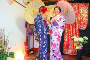 香港からお越しのお客様です\(^_^)/和柄の傘もとてもお似合いで素敵ですね(*^ー^)ノ♪浅草観光楽しんで下さいね(*^ー^)ノ♪ 來自香港的客人(^^)/穿著和服撐著油傘好適合呢,背景也很日式風,來日本體驗日本文化,留下美好深刻的回憶!