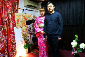 中国からのお客様です\(^_^)/初めてのお着物を体験していただきました!艶やかなお着物をお選び頂きました(^^)日本旅行を楽しんで下さいね♪來自中國的客人(^.^)是第一次體驗和服!在過年前來日本旅行!選擇了華雅人氣款桃花色花朵點綴的和服,搭配的袋帶屬於日本傳統樣式,很適合呢(^o^)日本旅遊愉快喲!