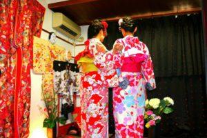 台湾からのお客様です\(^_^)/初めてのお着物を体験していただきました(^.^)艶やかな着物をお選び頂きました(^^)後ろ姿も素敵ですね♪浅草散策楽しんで下さいね! 來自台灣的客人(^o^)是第一次穿和服喲!因為快過年了,選擇了紅色粉色款的和服,喜氣洋洋,搭配的花朵髮飾也很美呢!願今日的和服體驗能讓兩位留下深刻美好的回憶!