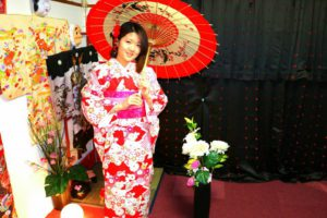 上海からお越しのお客様です。和服体験ありがとうございます( ^-^)ノ楽しい #日本旅行 楽しんで下さいね\(◎o◎)/ 來自上海的客人(^.^)選擇了豔紅底色日式圖騰的人氣款和服,袋帶也是很受歡迎的桃紅粉紅款!願今日的和服體驗能讓這次的日本之旅留下美好的回憶!