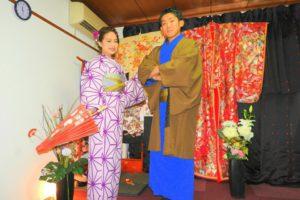 紫色の伝統的な和柄のお着物とメンズはブルーのお着物に羽織をお選び頂きました(^^)とてもお似合いで素敵です\(^_^)/浅草散策楽しんで下さいね(*^ー^)ノ♪ 女士選擇了紫色傳統和柄的和服,男士則是藍色和服搭配咖啡色羽織(^.^)都很適合好看呢!淺草觀光愉快喲!