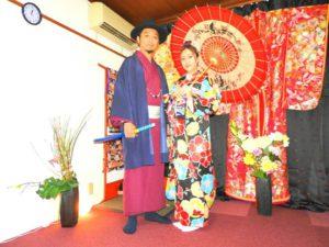 香港からのお客様です\(^_^)/伝統的な本振袖と男性は赤いお着物に羽織をお選び頂きました(^^)とてもお似合いで素敵です\(^_^)/着物体験ありがとうございます(^^)/ 來自香港的客人(^.^)之前有穿過和服,所以這次想體驗傳統振袖和服,選擇的是有金線銀線華麗款,黑色底及各式各樣不同花朵點綴的振袖,男士則是選擇了紫紅色和服搭配靛色的羽織,顏色亮眼柔和!相信今天的和服約會能讓兩位留下深刻難忘的回憶(^.^)