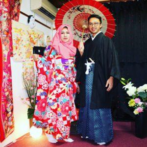 インドネシアからお越しのお客様です。御結婚の記念に、日本伝統の振袖と紳士の袴を体験して頂きました。豪華絢爛で素敵です\(^_^)/浅草観光楽しんで下さいね\(◎o◎)/ 來自印尼的客人^.^兩位即將結婚,為了這歡喜大事,來體驗和服慶祝慶祝!!女士選擇了紅色款豪華版金線銀線傳統振袖和服,男士則是選擇了黑色和服搭配銀藍色的袴,男的帥氣,女的美麗!祝福兩位幸福快樂喲\(^.^)/