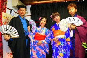 台湾からお越しのお客様です(^^)艶やかな着物をお選び頂きました(^^)日本旅行楽しんで下さいね(^.^) 來自台灣的客人(^^)一對情侶選擇了藍色款和服,另一對情侶選擇了紫色款和服,另類特別的情侶裝!女生的花朵髮飾也很漂亮呢!淺草觀光愉快喲!
