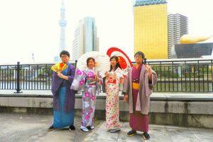 伝統的な羽織に着物スタイルに、艶やかな花柄のお着物がとても素敵ですね\(^o^)/浅草散策楽しんでくださいね(σ≧▽≦)σ