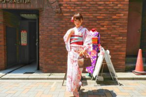 日本でご活躍のモデルさんです。ラメのピンクの浴衣にラメのブルーと赤の帯がとてもお似合いです(~▽~@)♪♪♪ご来店ありがとうございます💕