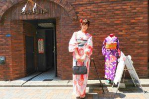 日本でご活躍のモデルさんです。オレンジのあさがお柄の浴衣と紺色の帯がとてもお似合いです(~▽~@)♪♪♪撮影頑張って下さいね💕