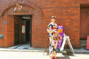 日本でご活躍のモデルさんです。格子柄のバラの艶やかな浴衣です💕赤の帯がとても可愛いですね~撮影頑張って下さいね\(^o^)/💕