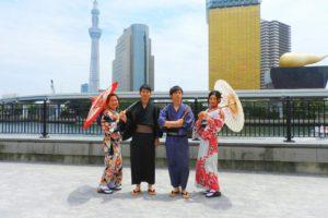 女性お二方とも桜模様の浴衣をお選び頂きました\(^_^)/男性の方は渋い浴衣をお選び頂きました。日本伝統のスタイルが素敵ですね(*^^*)