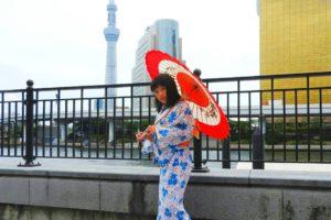 白地にブルーの浴衣がとてもお似合いです\(^_^)/レトロモダンで、かわいいですね(*^ー^)ノ♪花火大会楽しんで下さいね♪