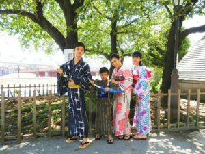 香港からのお客様です。快晴のなか、隅田公園やスカイツリーをバックに記念写真を撮らせていただきました!浴衣体験ありがとうございます(*^ー^)ノ♪浅草観光楽しんで下さいね♪