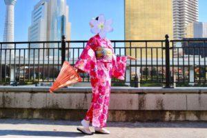 海外からお越しのお客様です😊❤️  浅草観光の記念に和服体験して頂きました👘✨艶やかなピンクのお着物をお選び頂きヘアーセットもご利用頂きました(*^◯^*)初めての和服体験ありがとうございます😊皆さんで日本旅行楽しんで下さいね✈️🇯🇵