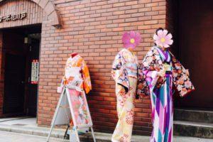 2回目のご利用のお客様です❣️矢羽や市松模様の日本の伝統柄のお着物をお選び頂き、ヘアーセットもシニヨンや、編み込みスタイルで上品に着こなして頂きました👘✨✨とても素敵です(*^◯^*) 第二次來本店體驗的客人,箭羽及市松花紋圖案的傳統花樣和服體驗,髮型也配合和服設計了,非常高雅非常適合兩位喔!