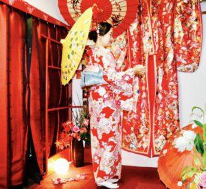 海外からお越しのお客様です😊❤️赤い伝統的な和柄のお着物をお選び頂き、浅草寺、仲見世、浅草観光へお出掛けになりました(*^◯^*)初めての和服体験ありがとうございます❣️ 來自海外的客人,選擇紅色傳統花紋的和服體驗,第一次體驗和服謝謝您,祝您玩的開心❤️