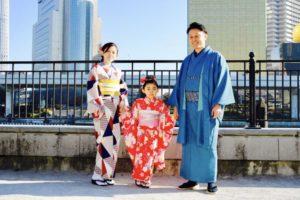 ご家族 で記念にご利用頂きました(*^^*)✨❤️ お子様 も赤い伝統的な振袖 でとても可愛いです😍💕 隅田公園 にて記念撮影 です📸素敵な思い出になりますね😊✨  家族一同來體驗和服,小朋友也選紅色傳統的振袖和服體驗,非常可愛呢!隅田公園拍攝的紀念照,很棒的回憶呢!