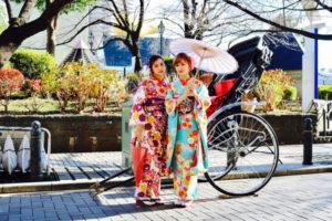 海外からお越しのお客様です💕#日本旅行 で、#伝統 的なな #本振袖  をお選び頂きました👘✨  豪華な袋帯を可愛いらしく💕リボン🎀で飾りました。 とてもお似合いで素敵です。  また #人力車 で #浅草観光 にお出掛けです🤗    来自海外的客人✨。  在日本旅行中来体验了 #传统 的 #振袖👘。非常豪华版的袋式腰带系成了好可爱的蝴蝶结🎀,两位都好漂亮。  而且也乘坐了 #人力车 开心在浅草逛吧🎵🎵
