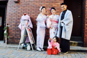#海外# からお越しのお客様です️ #ご家族# で #和服体験# です 一歳の #お子様# の #袴# 姿もとても可愛いですね(*^^*) #クリスマス#に素敵な思い出になりますね #日本旅行# 楽しんで下さいね  来自海外的客人。一家人一起来体验和服的。一岁小朋友穿了袴,十分十分可爱。今天是圣诞节快一定是十分美好的纪念呢