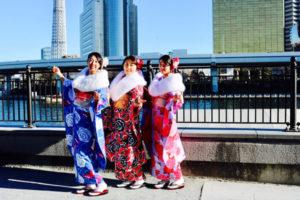 #台湾  からお越しのお客様です。ご家族で #本振袖  をお選び頂きました。豪華な袋結びに、ショールをつけて #浅草観光  にお出掛けです,皆様とてもお似合いで素敵です✨👘💕❣️  来自台湾的客人。一家来日本旅行选择了一起体验和服👘。都各自系了不同花样的腰带,也一起租了白色毛毛领十分漂亮哦❤️