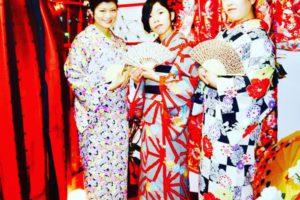 女子会で浅草初詣⛩に、和服を着てお出掛けです。夜会巻きに、シニオンスタイルと、大好評のヘアーセットを皆様ご希望のスタイルに仕上がりました。和柄のバッグ👜に、ショールとご用意がございます👘👘🤗✨ご利用お待ちしてます