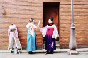 海外 からお越しのお客様です😊日本伝統 の 和服体験 に 袴 をお選び頂きました💕👘お二人ともお似合いです!ヘアーセット も レトロ な雰囲気でとても可愛いです😍❤️浅草観光 楽しんでくださいね🎵    來自海外的客人們,來本店體驗傳統袴和服,兩位都非常合適喔!復古風的髮型也非常適合喲!非常可愛呢!祝您們在淺草觀光的開心❤️