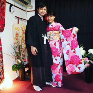 ベトナムからお越しのお客様です(^^)v御結婚の記念に和服で、お写真をおとりしました。 おめでとうございます!振袖に、紳士の和服とても素敵です! 來自越南的客人(^○^)為了慶祝結婚,今天來體驗和服!男性選擇了棕色的袴,搭配黑色和服與羽織,女性選擇了紫羅蘭色花朵點綴傳統振袖和服!恭喜兩位,祝永遠幸福快樂喲!