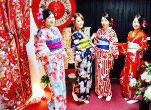 台湾からお越しのお客様です。伝統的な着物をお選び頂きました(^∇^)皆様それぞれとてもお似合いで可愛いですね💕浅草観光楽しんで下さいね(^∇^) 來自台灣的客人唷!客人選了日本傳統樣式的花紋,超級適合您們的,非常漂亮唷!祝福您們在淺草觀光愉快。❤️