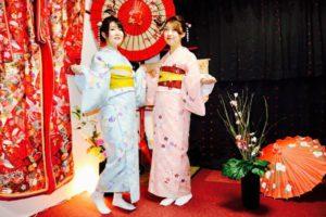 #ピンク と #ブルー の #花柄 の #お着物 で #双子コーデ をお選び頂きました(^∇^)お二方共とてもお似合いで可愛いですね😍 #浅草散策 楽しんで下さいね♪ 客人選擇了充滿春天感的粉色以及天藍色的和服唷,雙子搭配很適合兩位客人。祝福您們在淺草觀光愉快。