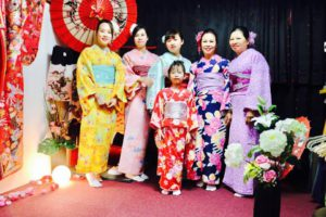 ベトナムからお越しのお客様です(^^)御家族ご利用頂きました。日本の伝統和服を体験ありがとうございます,皆様とてもお似合いで素敵です。浅草観光楽しんでくださいね♪ 來自越南的客人,是帶著全家大小一起體驗本店的和服,大家都選了顏色鮮豔活潑的和服唷,很可愛超級適合您們,祝福您們在淺草觀光愉快。