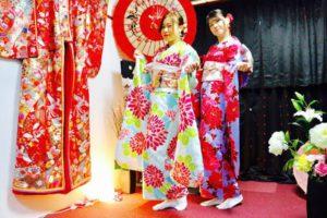香港からお越しのお客様です。本振袖をお選び頂きました。 來自香港的客人,兩位客人都選擇了鮮豔色彩花紋的傳統振袖和服,搭配豪華的腰帶,超級適合您們,非常靓。祝福您們在淺草觀光愉快。