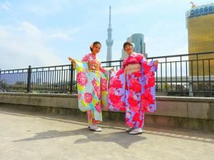 台湾からのお客さまです。振り袖を体験して頂きました。スカイツリーをバックに隅田川公園口で、桜も見て下さいね\(^o^)/