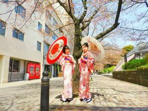 中国からのお客さまです(^-^)vレトロモダンな、赤のたて線のお着物がとても可愛いですね\(^o^)/着物体験ありがとうございます