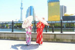 お天気もよく、お着物が映えます! 和柄の傘でお写真撮影をしました。着物体験ありがとうございます(●^o^●)