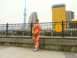 海外からのお客さまです。赤の古典柄をお選び頂きました\(^-^)/今日はとても風が強く、お写真撮影が大変の中ありがとうございます(^^) 着物体験楽しんでくださいね(σ≧▽≦)σ