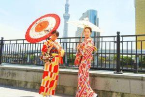 和柄の傘に赤いお着物と、赤のたて線がとてもお似合いです。浅草ならではお着物ですね(*^^*)楽しんでください!