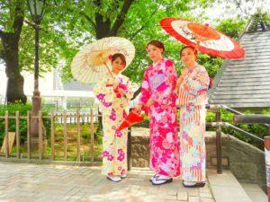香港らのお客様です!お友達のご紹介で、ご利用いただきました。赤のお着物が、皆様とてもお似合いです(*^^*)着物体験ありがとうございます(^^)