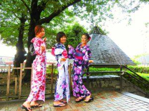 台湾からのお客様です!艶やかで上品な浴衣が皆さんとてもお似合いです\(^_^)/浅草散策楽しんで下さいね(*^ー^)ノ♪ 來自台湾的三位客人,都選擇了適合自己的浴衣,全部是本店的最新人氣款哦\(^_^)/