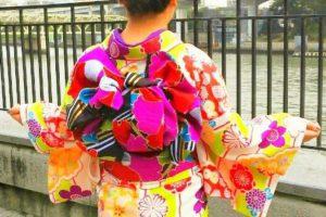 艶やかなお着物に豪華な袋帯をお選び頂きました。ヘアーもアレンジさせて頂きました。 半幅帯とはまた違って、華やかですね★ 这位美女穿的是本店的豪华的和服与腰带,看起来真的特别美!发型也是本店设计的哦~